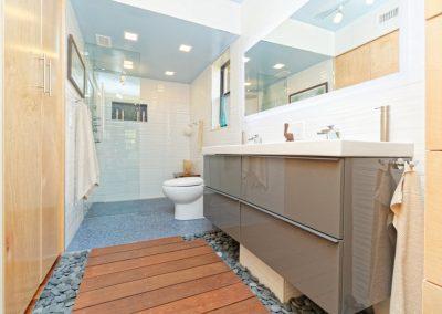 An example photo of a narrow bathroom